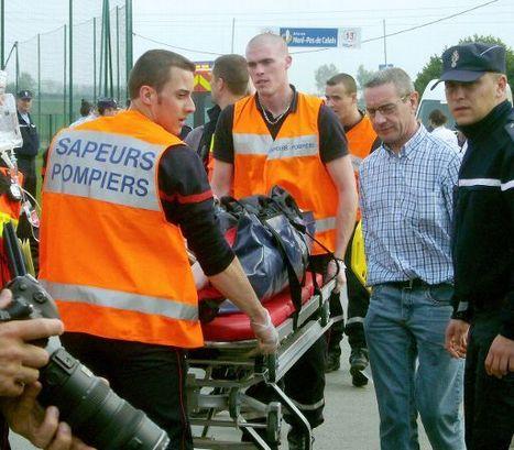 Beelden van de hulpverlening na het motorongeluk in Parijs-Roubaix.